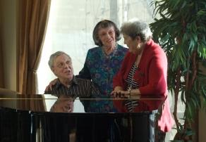 Résidents autour du piano