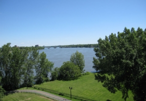 Piste cyclable et vue sur la rivière