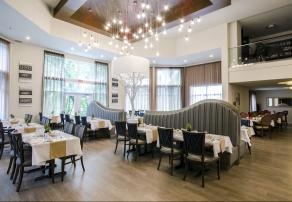 Salle à manger avec service aux tables