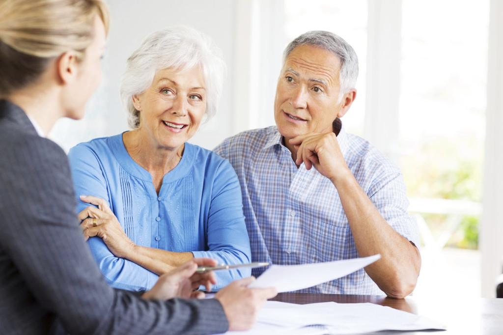 Un conseiller en hébergement  accompagne un couple d'aînés