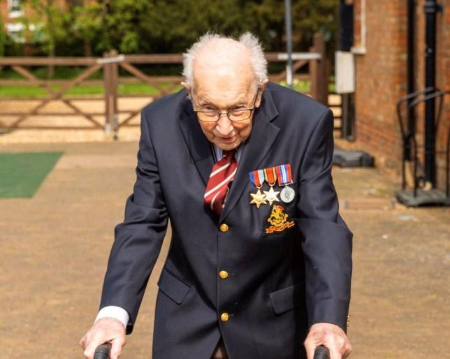 Tom Moore, pandémie, Covid-19, coronavirus, Angleterre, vétéran, seconde guerre mondiale, collecte de fonds, personne de soins