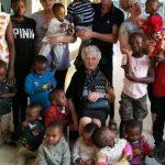 À 93 ans, elle part en Afrique en mission humanitaire!