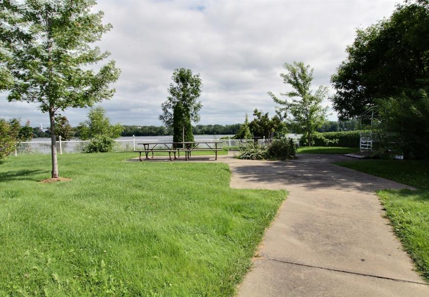 La cour intérieure en bordure de la Rivière-des-Prairies