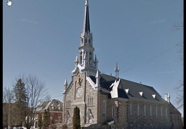 L'église St-Patrick de biais avec la résidence
